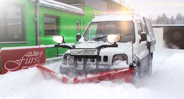 Suzuki Jimny mit THE BOSS 200cm V-Pflug in Aktion beim Schneeräumen