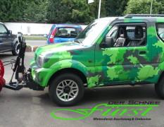 Suzuki Jimny Camouflage mit THE BOSS 200cm V-Pflug und TGS600 Heckanbaustreuer