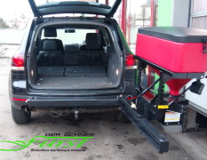 VW Touareg mit schwenkbarem THE BOSS TGS600 Heckanbaustreuer