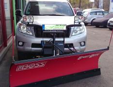 Toyota Landcruiser mit THE BOSS SportDuty 215cm, TGS800 224Liter Heckanbaustreuer und LED-/Halogen-Balkenleuchte