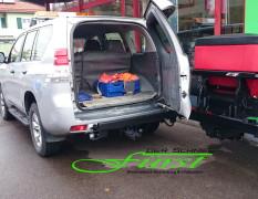 Toyota Landcruiser mit schwenkbarem THE BOSS TGS800 224Liter Heckanbaustreuer und LED-Arbeitsscheinwerfer