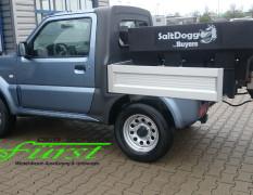 Suzuki Jimny PickUp mit Buyers SaltDogg Aufbaustreuer bei TÜV-Abnahme der Pflugaufnahme