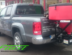 Salzstreuer THE BOSS TGS1100 mit 308 Liter Volumen an VW Amarok Pritsche