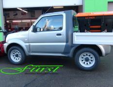 Suzuki Jimny PickUp mit THE BOSS V-Pflug und LEHNER POLARO L Aufbaustreuer