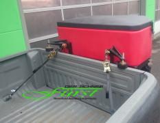 Salzstreuer THE BOSS TGS1100 mit 308 Liter Volumen an VW Amarok Pritsche