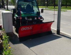John Deere Gator mit THE BOSS ATV Schneeschild 155cm Breit