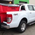 Ford Ranger Doppelkabine Limited in Weiß als Winterdienstfahrzeug mit dem HILLTIP IceStriker 550 Salzstreuer sowie dem THE BOSS 230cm V-Pflug