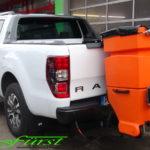 Ford Ranger Wildtrak mit HILLTIP IceStriker 200 Heckanbaustreuer mit GPS-Dosierung (im Automatik-Modus) mit LED-Arbeitsscheinwerfern und Vibrationsmotor