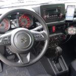 Innenraum des neuen SUZUKI Jimny Automatik mit THE BOSS Tastenfeld für den Pflug und Smartphone für die HILLTIP Heckanbausteuerung