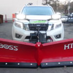 Nissan Navara mit THE BOSS HTX V-Pflug mit 230cm Breite und LED-Scheinwerfern